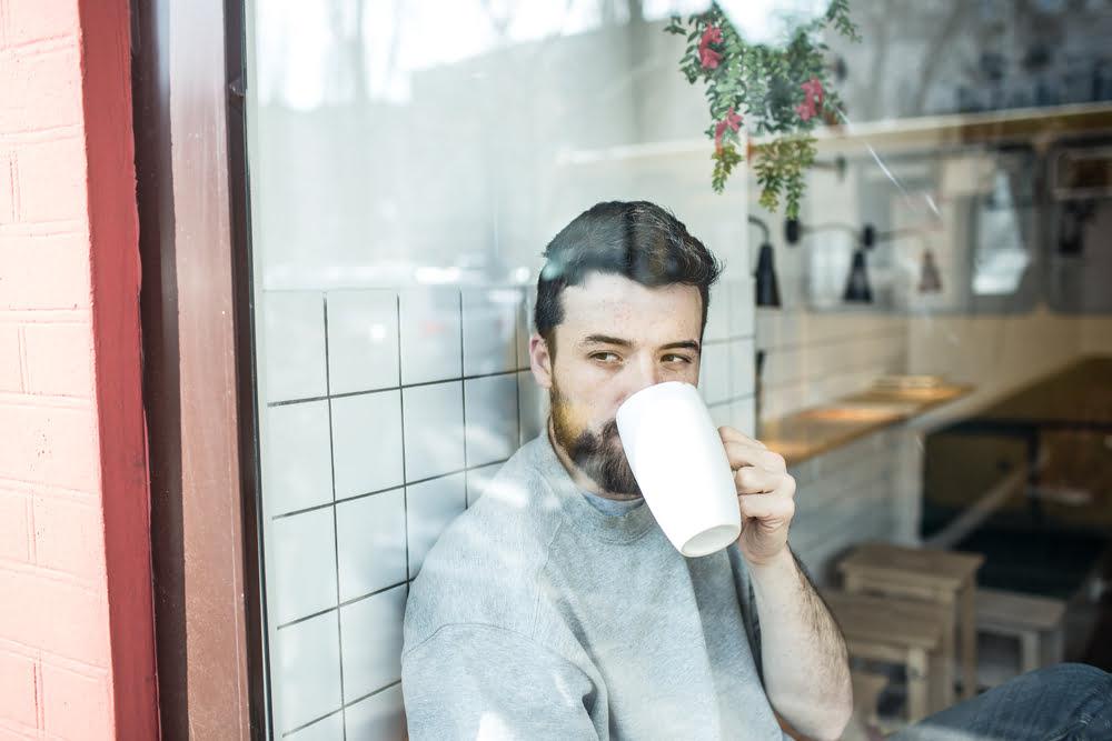 Man achter raam met stress