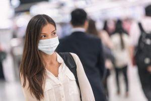 Vrouw met mondkapje tegen het coronavirus